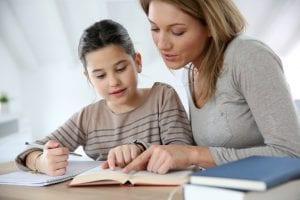 Madre haciendo deberes con su hijo