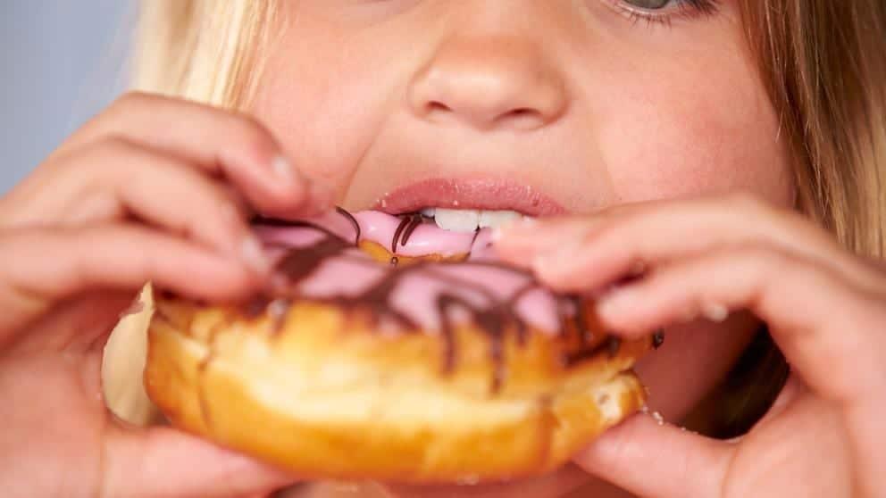 Niña comiendo un donut