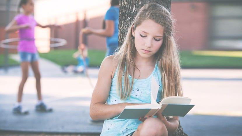 nena leyendo tranquila