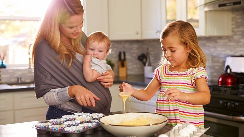 Madre cocinando con sus hijos