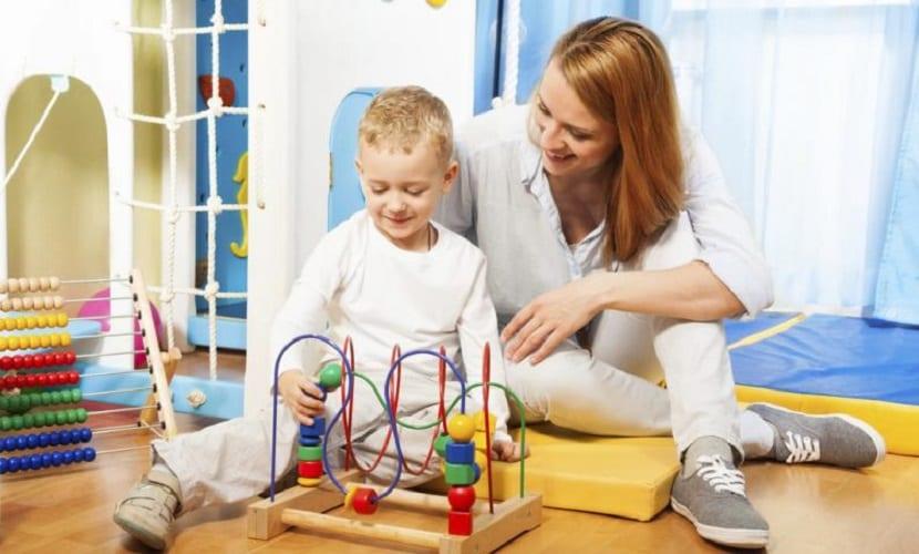 Mamá y niño jugando