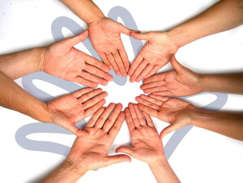 Manos unidas en grupo de apoyo