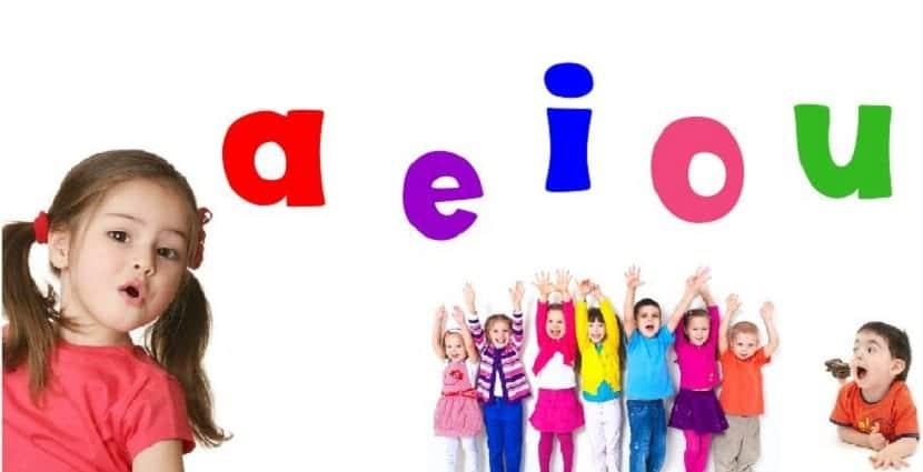 Niños aprendiendo las vocales