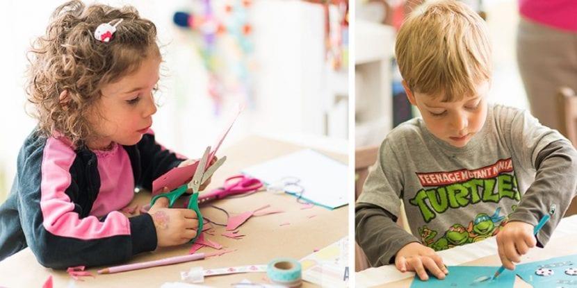 Niños haciendo manualidades en el colegio.