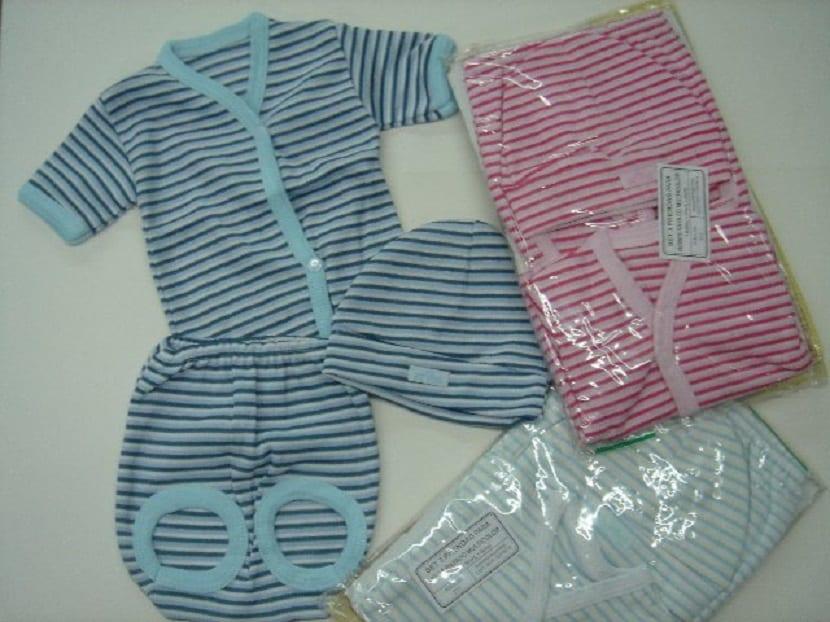 Ropa de bebé embalada en plástico