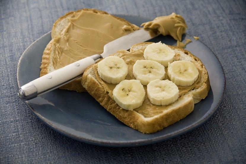 Tostada de mantequilla de cacahuete y plátano