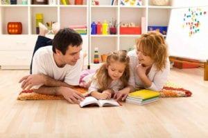 Padres ayudan en los deberes a una niña