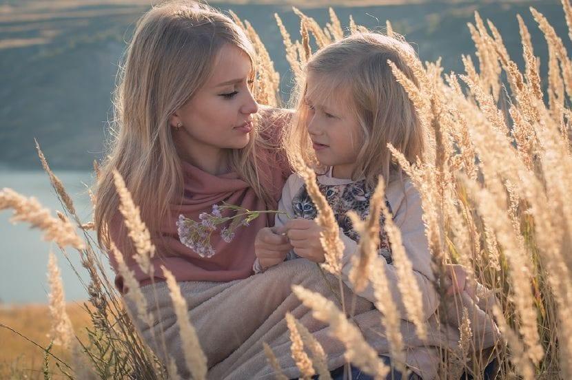 Madre dialoga y muestra su apoyo a su hija angustiada.
