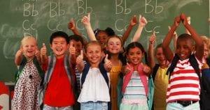 Niños se alegran del regreso al colegio.