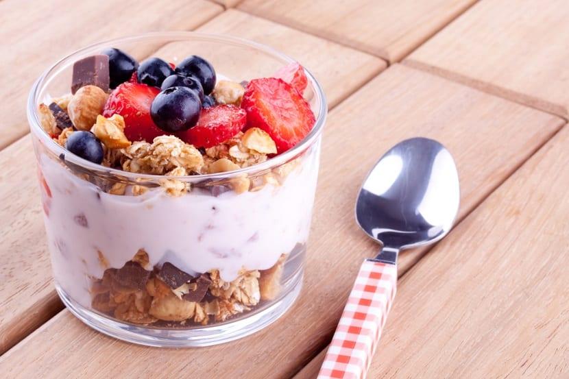 Yogur con cereales y fruta