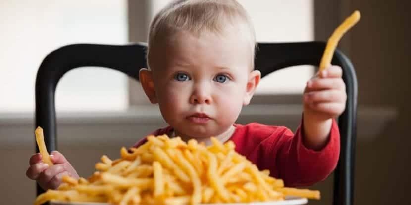 Bebé comiendo patatas fritas