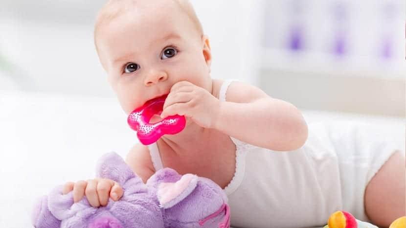 Bebé con un mordedor