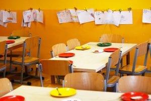 Mesas vacías en el aula tras haber celebrado una fiesta de comida saludable.
