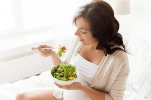 Embarazada comiendo verduras