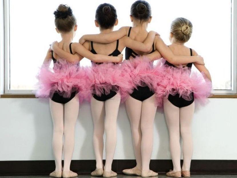 Niñas en clase extraescolar de ballet