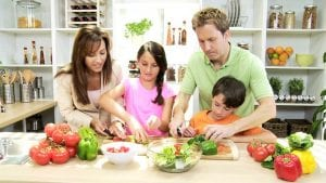 Familia cocinando verduras