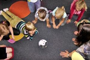 Niños realizando una actividad en común.