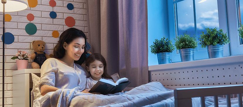 Madre ocupa tiempo con su hija antes de dormir.