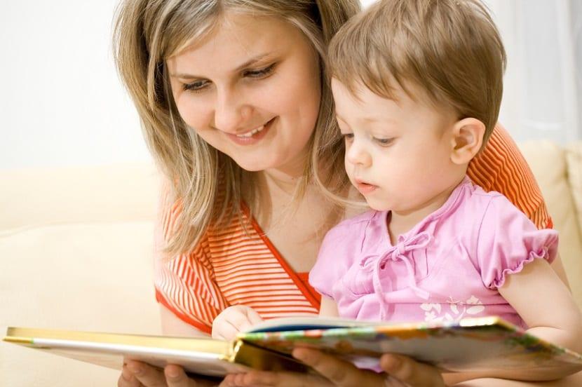 Madre leyendo un cuento a su hija