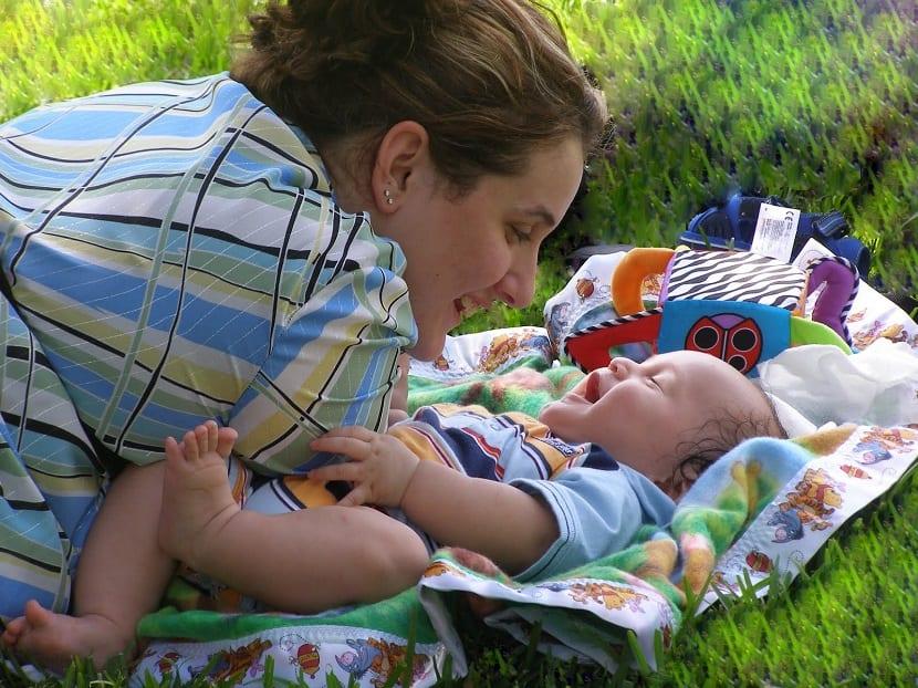 Madre mirando a su bebé