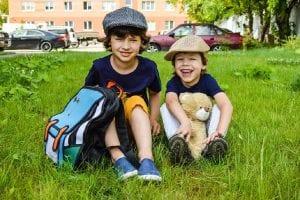 Niños jugando en el parque tras la salida del colegio