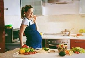 Mujer embarazada cocinando