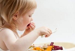 Niña comiendo alimentos saludables