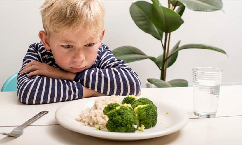 Niño con plato de verduras
