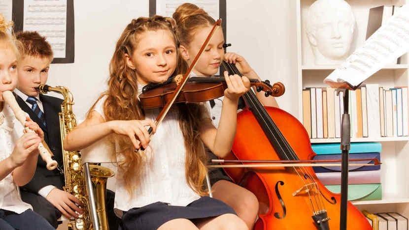 Niños formándose en clases de música.