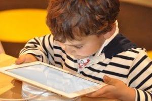 vista niños dispositivos electrónicos