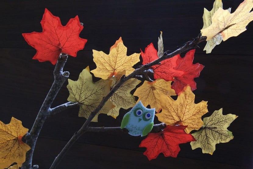 Árbol hecho con hojas secas