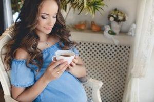 Mujer embarazada tomando una infusión