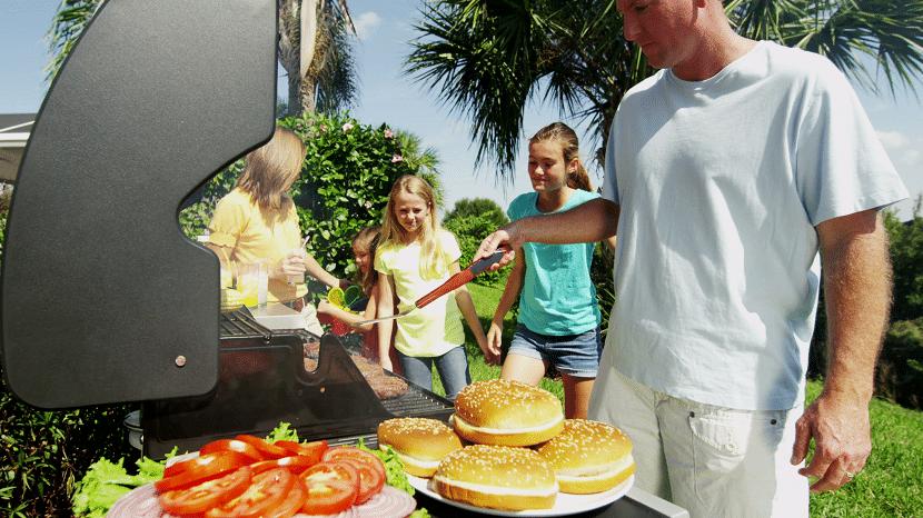 Familia cocinando barbacoa