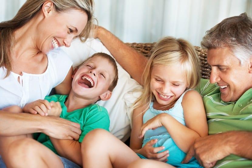 Familia con niños riendo