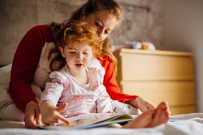 Madre lee un cuento para dormir