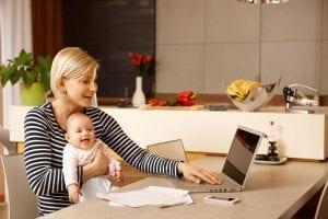 Madre estudiando con su bebé