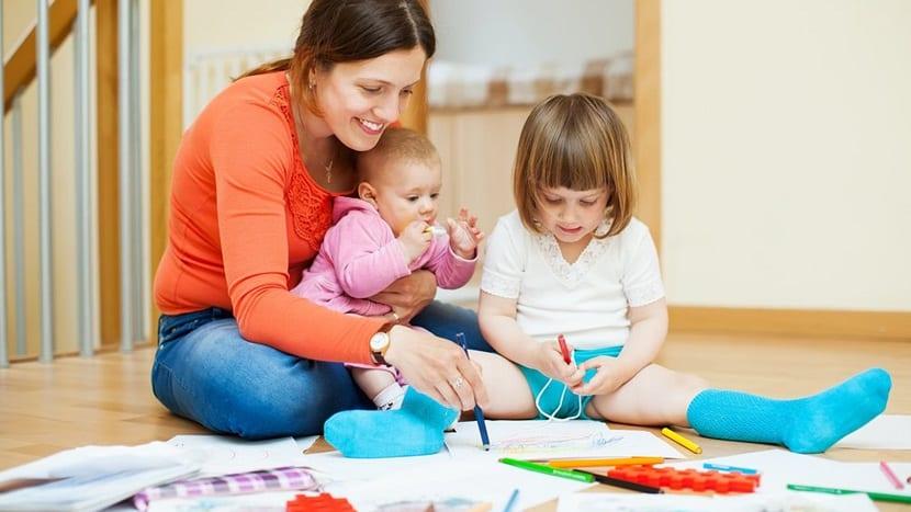 Madre con sus hijas pintando
