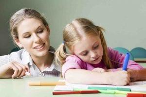 maestra enseñando a una niña