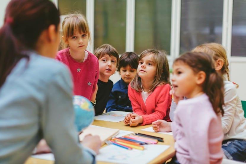maestra enseñando en clase a sus alumnos