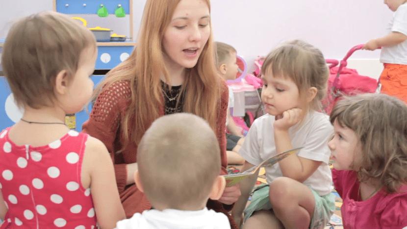 maestra en clase con sus alumnos