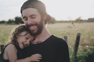 Niña busca afecto, protección y consuelo en su padre.