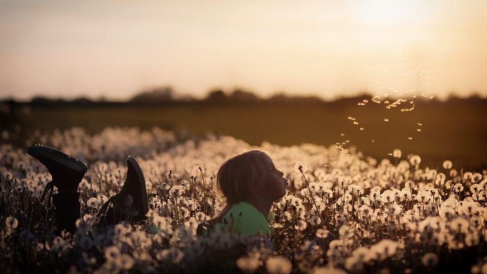 Niña jugando al aire libre, se siente feliz y segura.