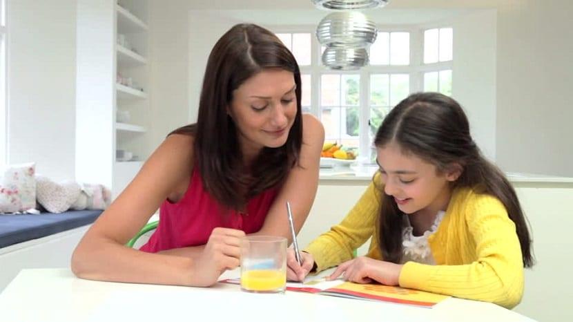 Niña haciendo los deberes con su madre