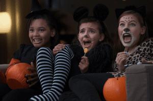 Niñas viendo películas de Halloween