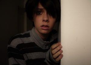 Niño con problemas mentales que le hacen estar temeroso.