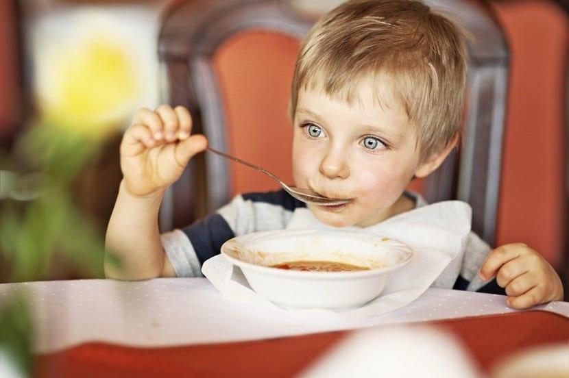 Niño comiendo puré
