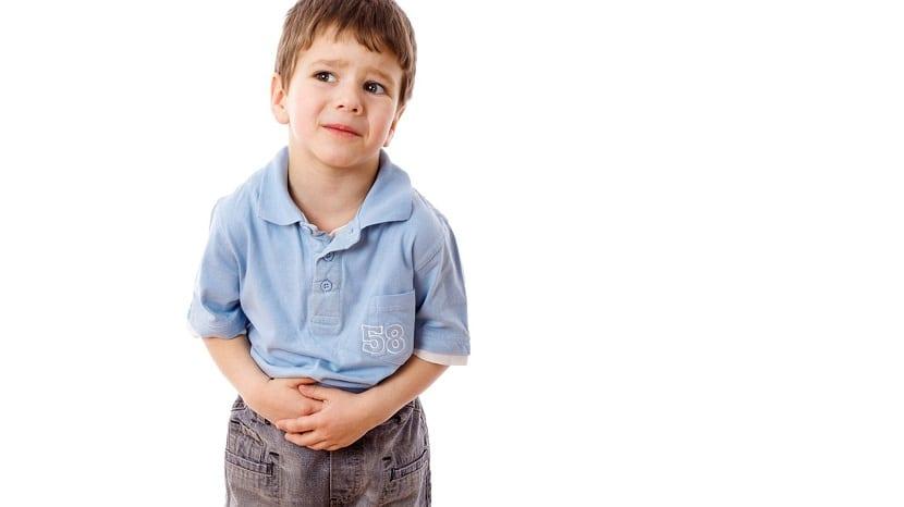 Niño con dolor de barriga