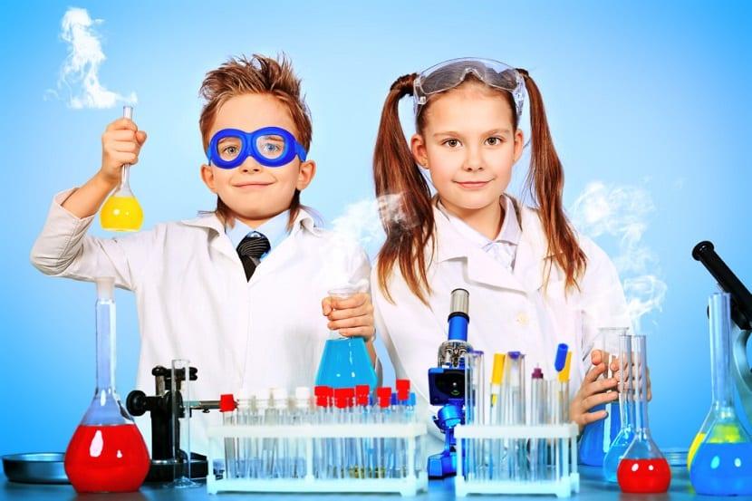 Niños haciendo experimentos