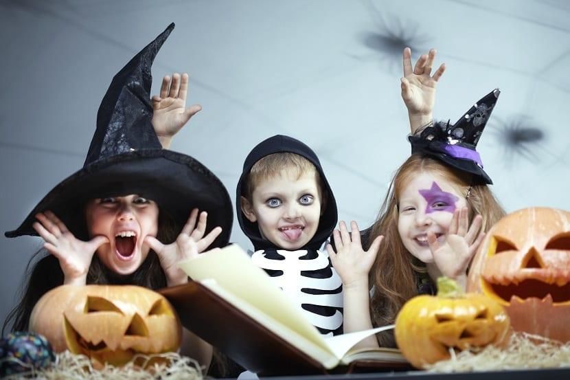 Niños con disfraz de halloween