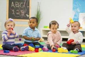 Niños pequeños jugando